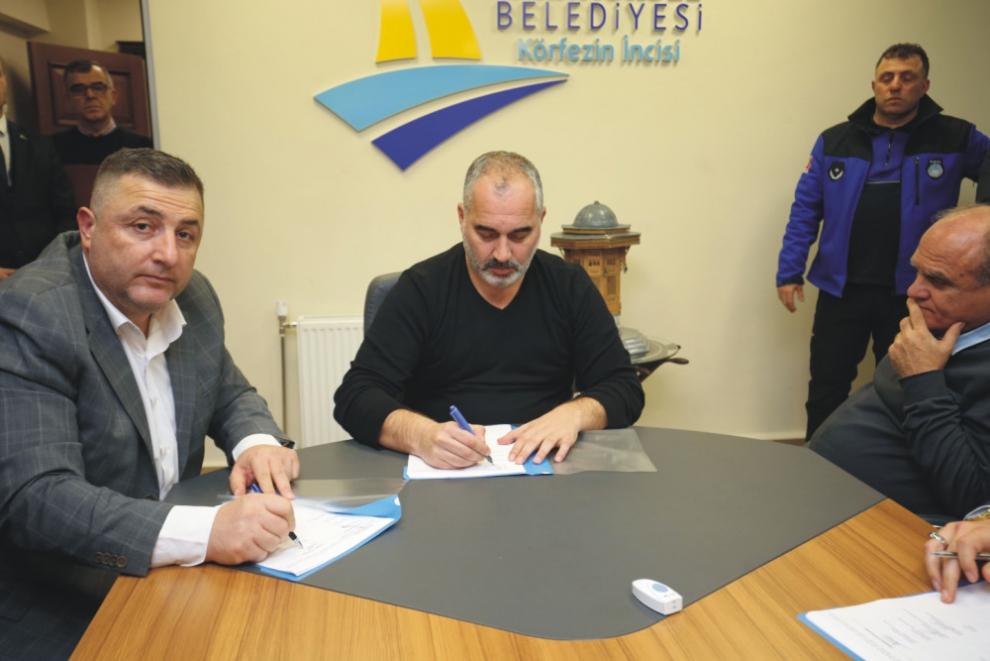 Karamürsel Belediyesi Yüzde 30 zamma imza attı, Karamürsel Belediyesi, Karamürsel Belediye Başkanı İsmail Yıldırım, Hizmet İş Sendikası Şube Başkanı İdris Ersoy, Hizmet İş Sendikası, belediye işçileri