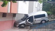 Araç binaya çarparak durdu