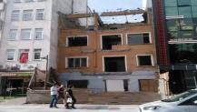 Kadıköy'deki harabe yapı yıkıldı