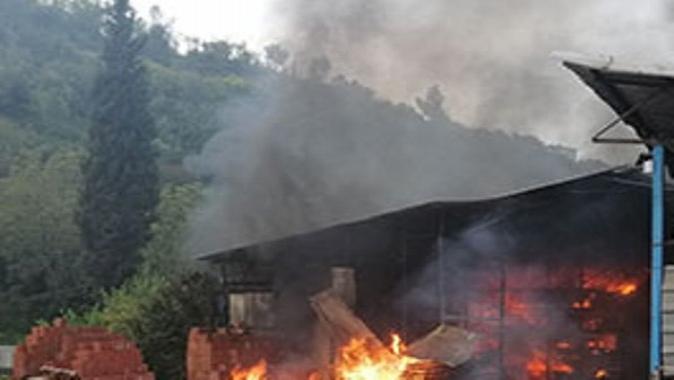 Yenimahalle'de depo yandı